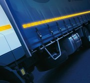Светоотражающая лента для контурной маркировки грузовиков.
