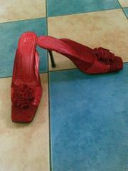 Продам босоножки красного цвета